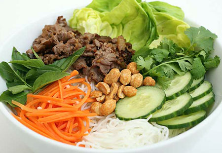 Recette du Bò bún (salade de vermicelle de riz au bœuf)